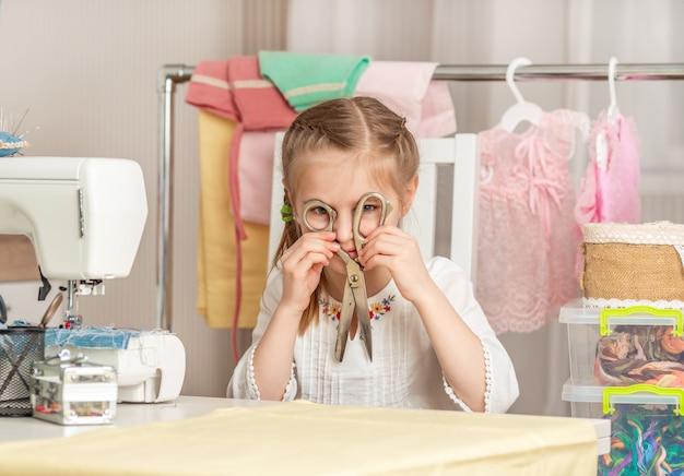 Petite Fille Dans Un Atelier De Couture Photo Premium
