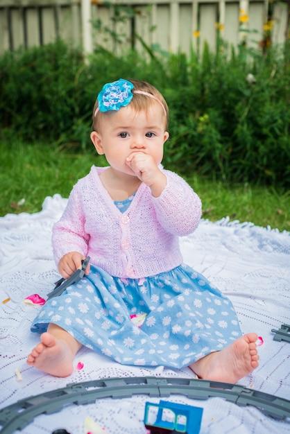 Petite fille dans le jardin Photo Premium