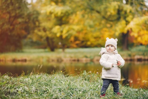 Petite fille dans un parc en automne Photo gratuit