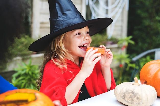 Petite fille déguisée en sorcière Photo gratuit