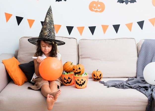 Petite Fille Dessinant Un Ballon D'halloween Photo Premium