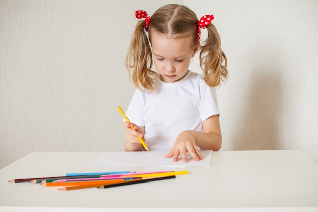 Petite Fille Dessine Avec Des Crayons De Couleur. Enseignement à Domicile Photo Premium