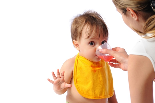 Petite Fille Avec De L'eau Potable Bavoir Photo Premium