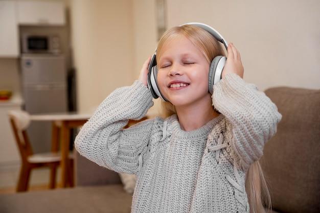 Petite Fille écoutant Le Concept De Musique Photo gratuit