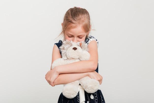 Petite fille embrassant son nounours Photo gratuit