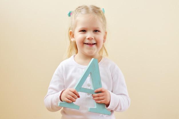 Petite Fille Est Debout Avec La Lettre A Photo Premium