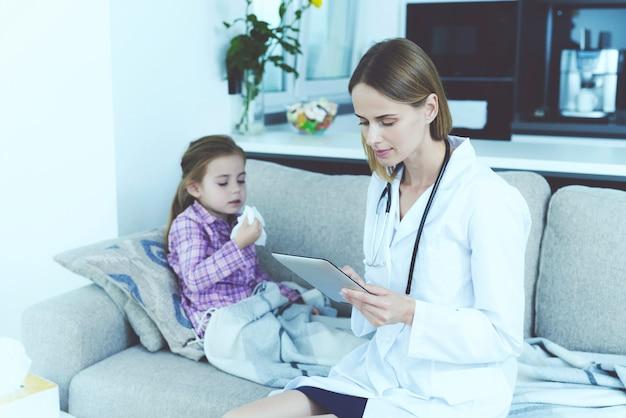 La Petite Fille Est Tombée Malade. Un Médecin Est Venu La Voir. Photo Premium
