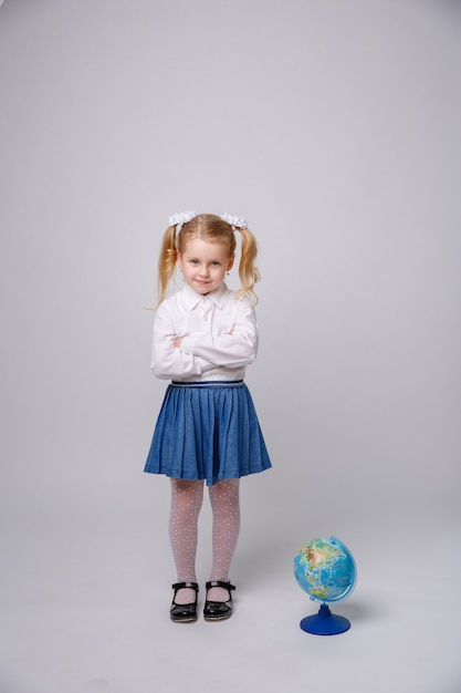Petite Fille étudiante Avec Globe Du Monde Sur Fond Blanc Photo Premium
