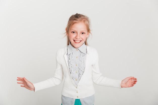 Petite fille avec expression ouverte Photo gratuit