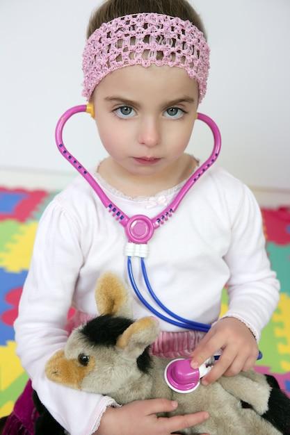 Petite fille faisant semblant d'être docteur, stéthoscope Photo Premium
