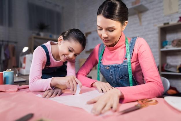 Une Petite Fille Et Une Femme Adulte Essayant Des Vêtements Photo Premium
