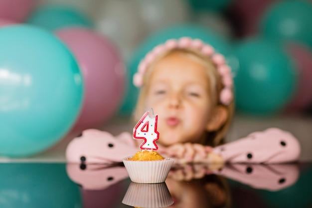 Petite Fille Fête Ses 4 Ans Photo Premium
