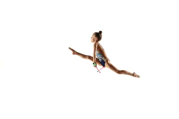 Petite Fille Flexible Isolée Sur Un Mur Blanc. Petit Modèle Féminin En Tant Qu'artiste De Gymnastique Rythmique En Justaucorps Brillant. Grâce En Mouvement, En Action Et En Sport. Faire Des Exercices Avec Les Masses. Photo gratuit