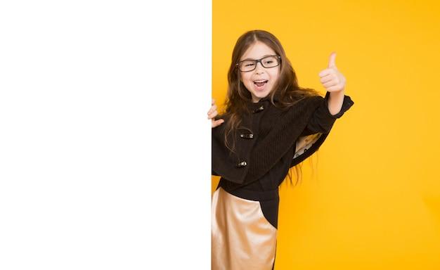 Petite fille avec un fond blanc Photo Premium
