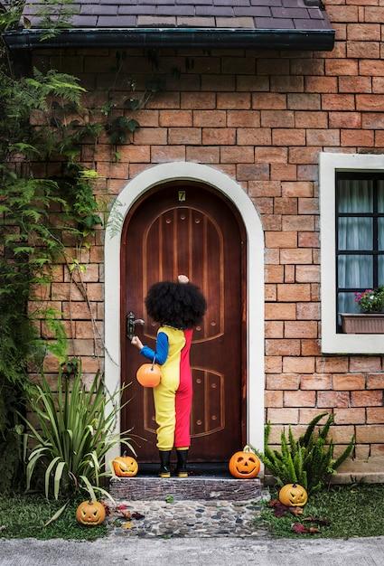 Petite fille habillée pour halloween Photo gratuit
