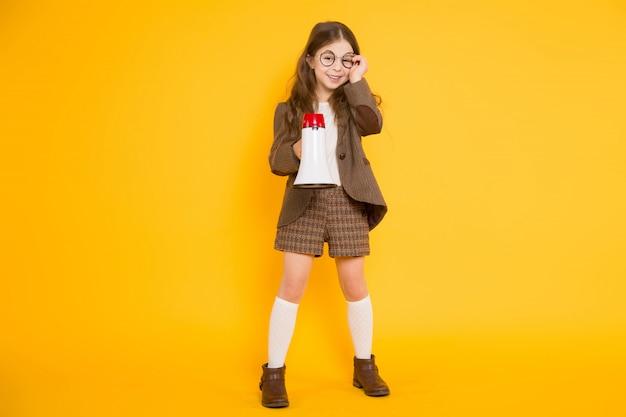 Petite Fille Avec Haut-parleur Photo Premium
