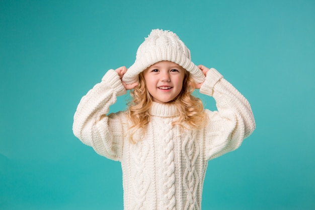 Petite fille en hiver bonnet et pull Photo Premium