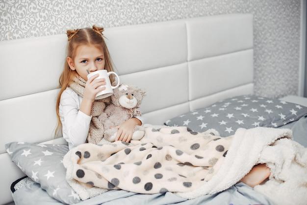 Petite fille illnes dans une chambre Photo gratuit