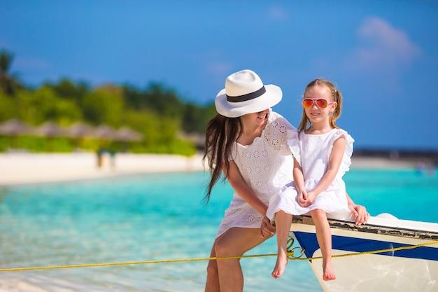 Petite fille et jeune maman pendant les vacances à la plage Photo Premium