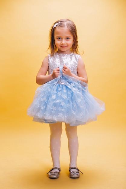 Petite fille en jolie robe Photo gratuit