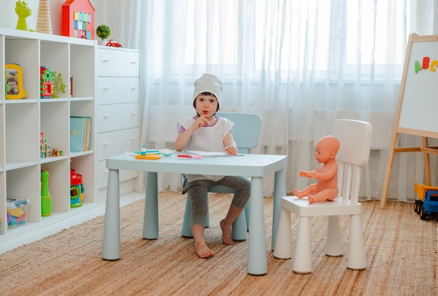 Petite Fille Jouant Au Docteur Avec Poupée Photo Premium