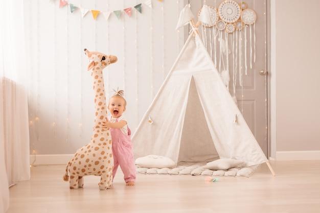 Petite fille jouant dans la chambre de bébé Photo Premium