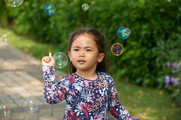 Petite fille jouant dehors Photo gratuit