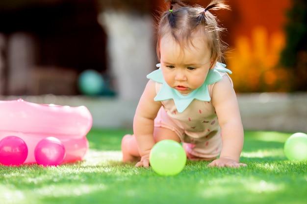 Petite Fille Jouant En Plein Air Avec Les Jouets Photo Premium