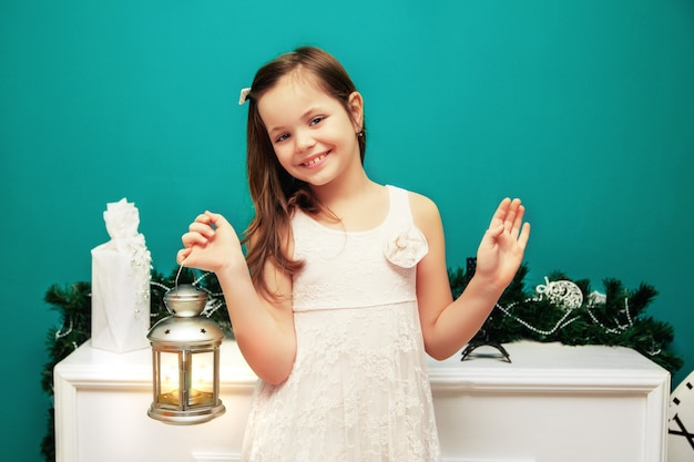 Petite fille avec une lampe de poche du nouvel an. la nouvelle année et joyeux noël Photo Premium