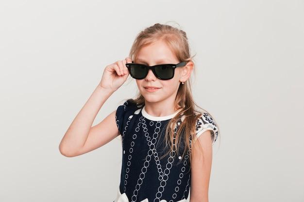 Petite fille avec des lunettes de soleil cool Photo gratuit