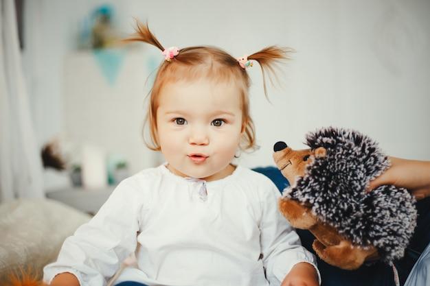Petite fille à la maison Photo gratuit