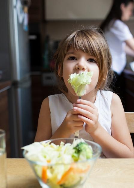 Petite fille mangeant des aliments sains Photo gratuit