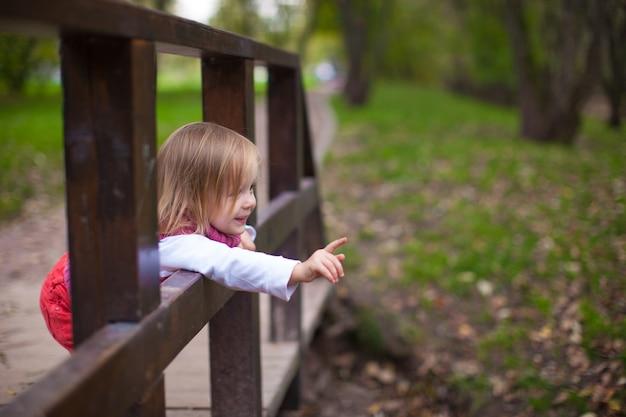 Petite fille marchant en plein air, s'amuser et rire Photo Premium