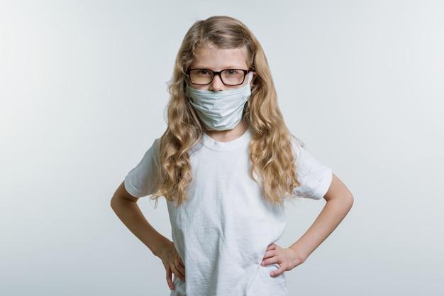Petite fille, masque médical Photo Premium