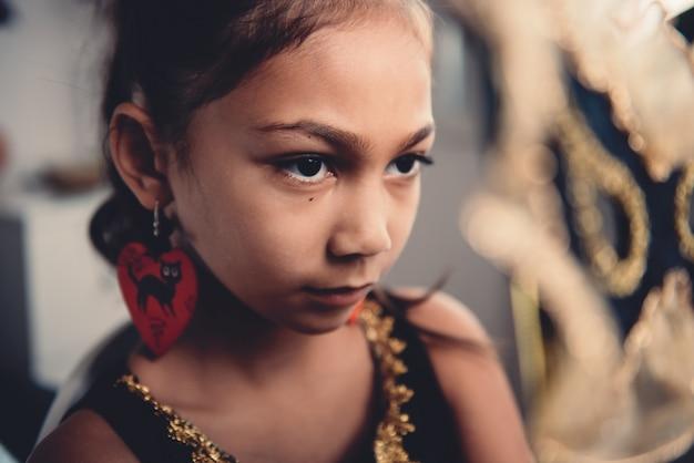 Petite fille avec masque Photo Premium