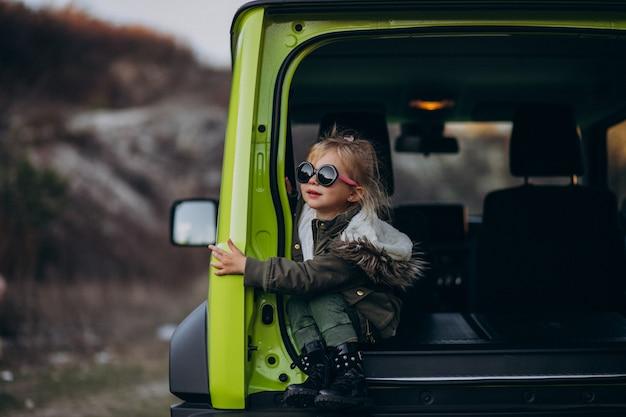 Petite Fille Mignonne Assise à L'arrière De La Voiture Photo gratuit
