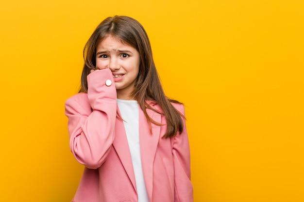 Petite Fille Mignonne Caucasienne Se Ronger Les Ongles, Nerveuse Et Très Inquiète. Photo Premium