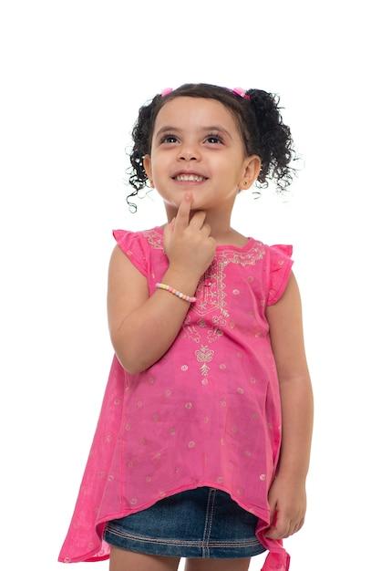 Une petite fille mignonne en levant Photo Premium
