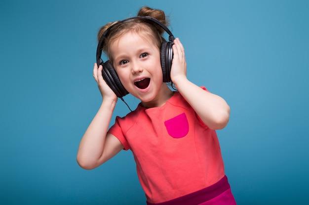 Petite Fille Mignonne En Robe Rose Et Des écouteurs Photo Premium