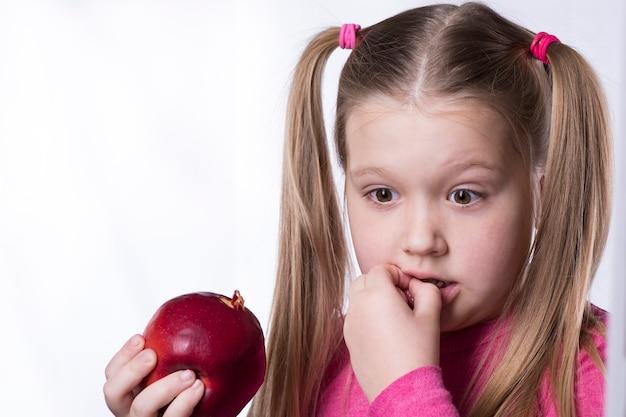 Petite Fille A Mordu Une Grosse Pomme Rouge Et A Endommagé Sa Dent Photo Premium