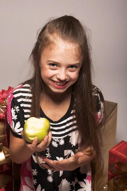Petite fille à la pomme verte Photo Premium