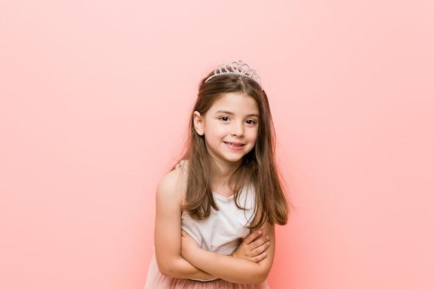 Petite fille portant un regard de princesse en riant et en s'amusant. Photo Premium