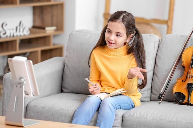 Petite Fille Prenant Des Cours De Musique En Ligne à La Maison Photo Premium