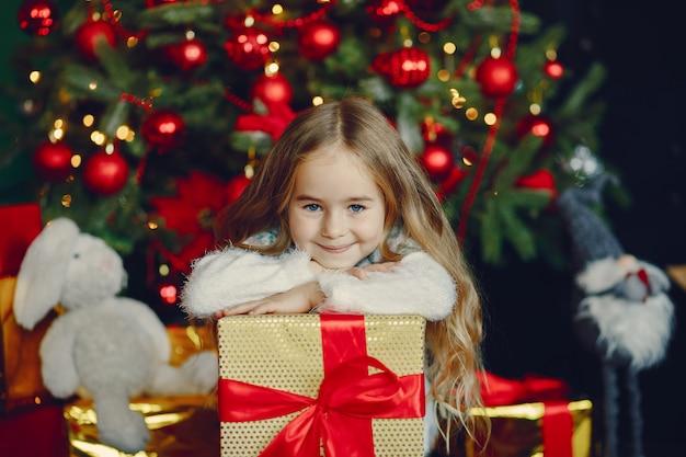 Petite fille près de noël trre Photo gratuit