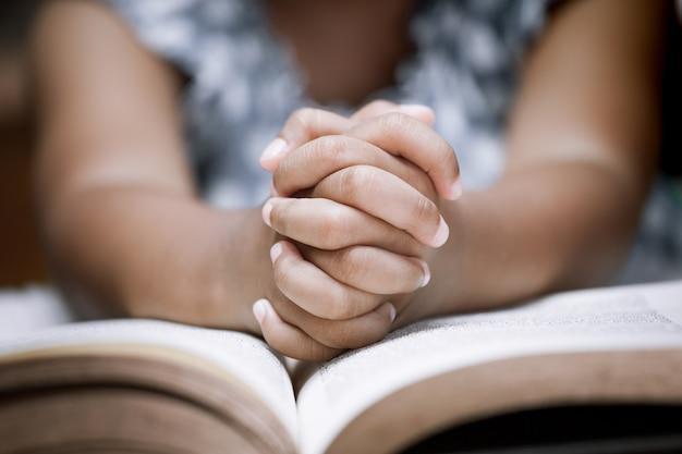 Petite Fille Prie Avec Une Sainte Bible Photo Premium