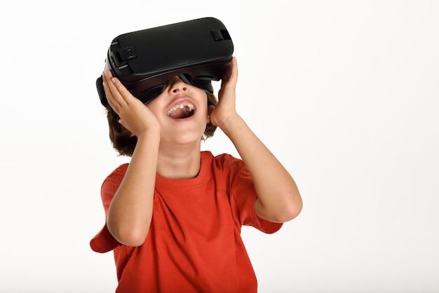 Petite fille regardant des lunettes vr et gesticulant avec ses mains. Photo gratuit