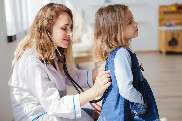La Petite Fille Avec Sa Mère Jouent Chez Les Médecins Dans Une Chambre Confortable Près De La Fenêtre Photo Premium