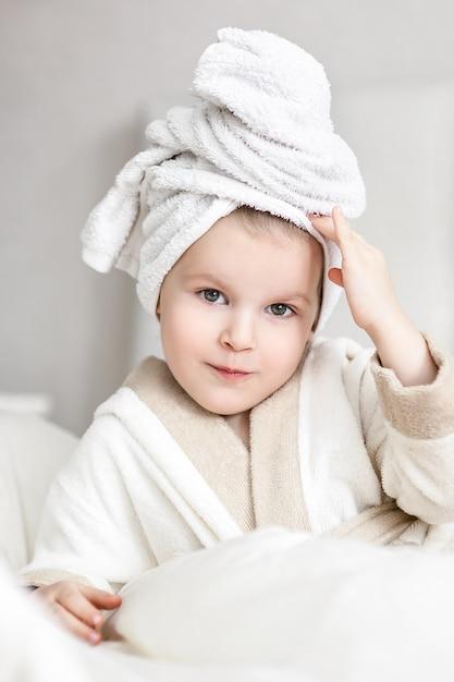 Petite fille avec une serviette blanche sur la tête Photo Premium