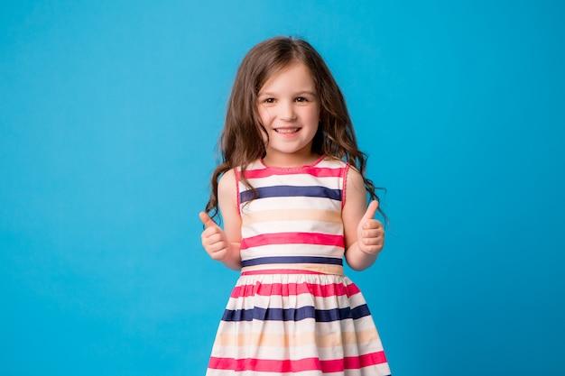 Petite Fille Souriante Sur Bleu Photo Premium