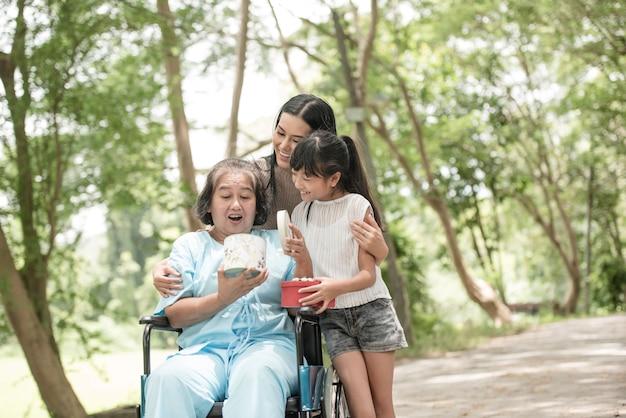 La petite-fille a la surprise de voir sa grand-mère assise sur un fauteuil roulant. Photo gratuit
